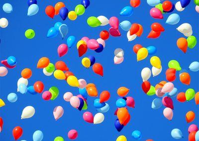 Sonne, Leckerlis und Luftballons!
